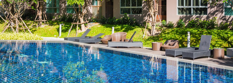 Καρέκλες παραλιών και sunbeds κοντά στην πισίνα στοκ εικόνες με δικαίωμα ελεύθερης χρήσης