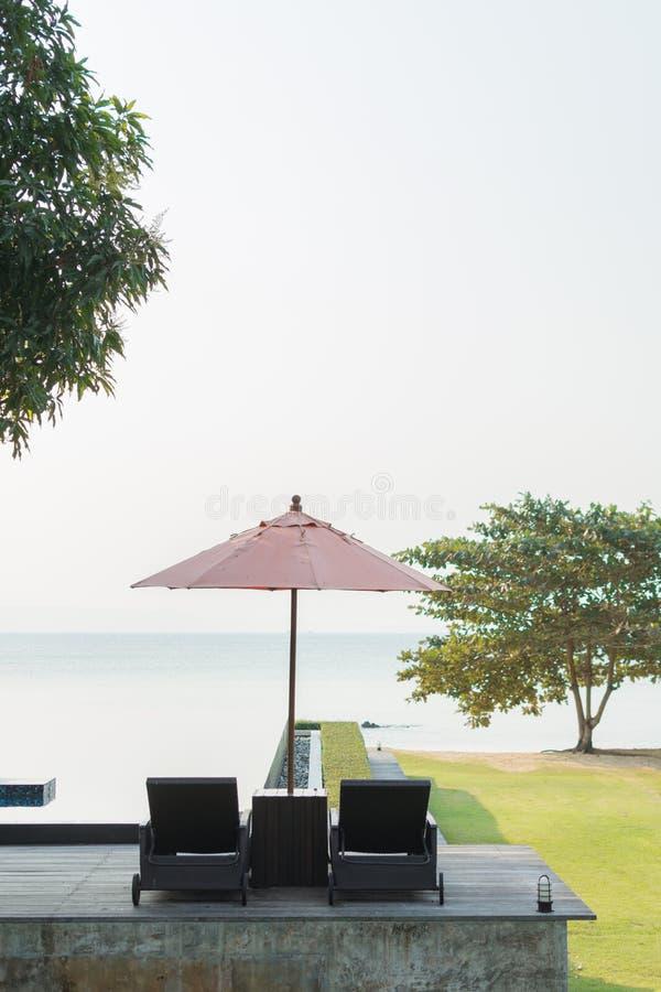 Καρέκλες παραλιών με το δέντρο στοκ εικόνες με δικαίωμα ελεύθερης χρήσης
