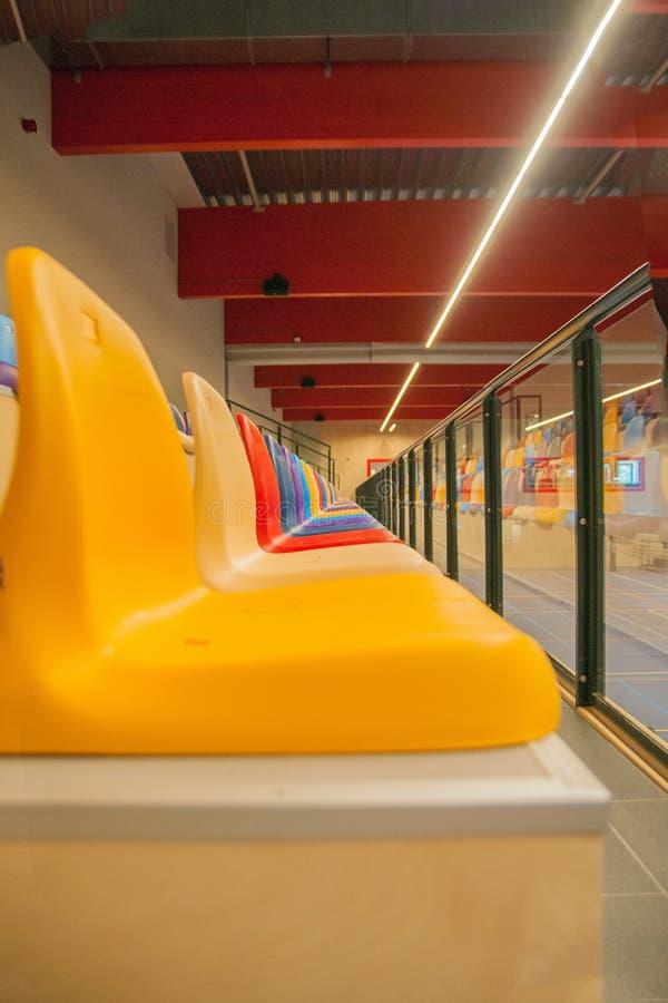 Καρέκλες Colorfull στο βήμα σε μια αθλητική αίθουσα στοκ εικόνες