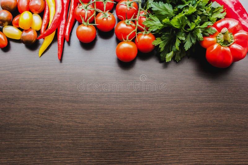 Καρέ συσχετισμένων λαχανικών σε σκούρο ξύλινο φόντο υφής στοκ εικόνες