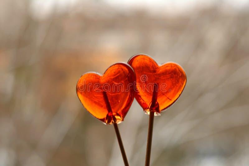 Καραμέλα δύο κόκκινη καρδιών σε ένα ραβδί στοκ φωτογραφίες με δικαίωμα ελεύθερης χρήσης