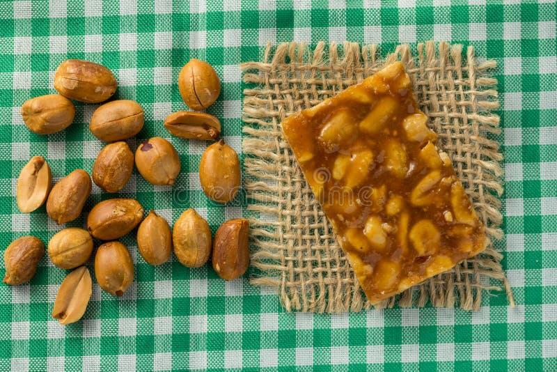Καραμέλα με το φυστίκι: Pe de Moleque στη Βραζιλία και Chikki στην Ινδία στοκ εικόνα με δικαίωμα ελεύθερης χρήσης