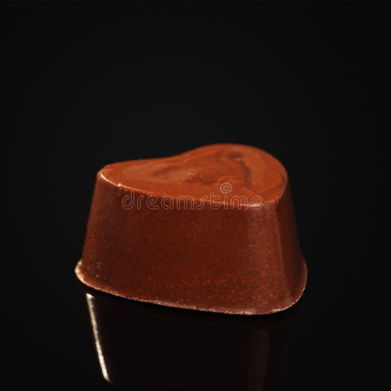 Καραμέλα που γίνεται από τη σοκολάτα γάλακτος με μορφή της καρδιάς στοκ εικόνες με δικαίωμα ελεύθερης χρήσης