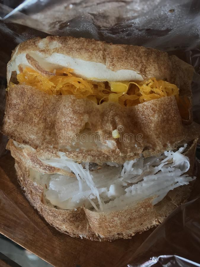 Καραμέλα που ραγίζεται με το γάλα και το καλαμπόκι καρύδων στοκ εικόνα με δικαίωμα ελεύθερης χρήσης