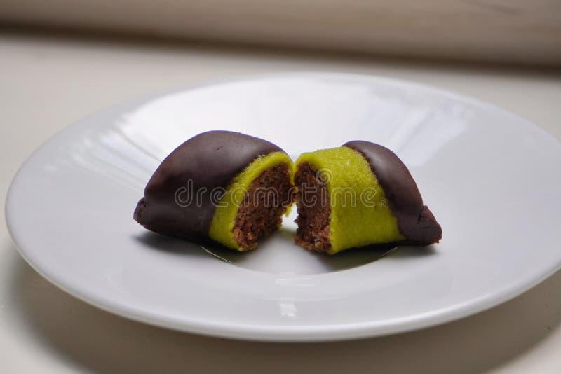 Καραμέλα, φυστίκι στη σοκολάτα που βρίσκεται στο άσπρο πιάτο, υγιή γλυκά στοκ εικόνες με δικαίωμα ελεύθερης χρήσης