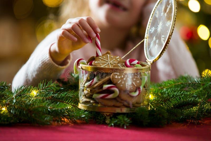 Καραμέλες και βάζο γυαλιού μελοψωμάτων στοκ εικόνα