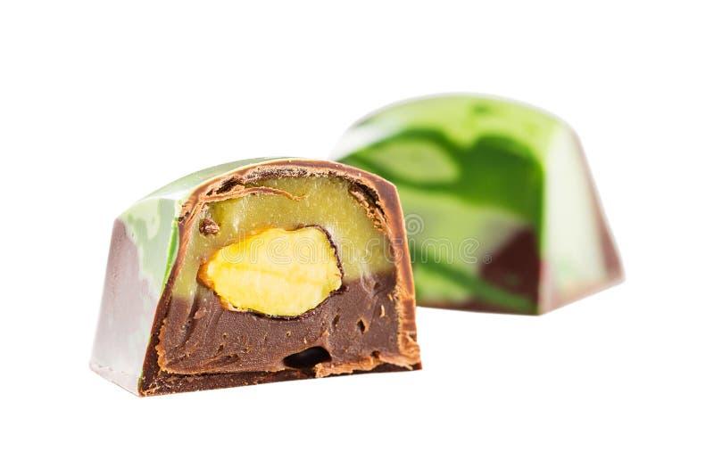 Καραμέλα σοκολάτας περικοπών με το καρύδι φυστικιών στοκ εικόνες
