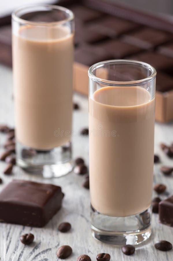 Καραμέλες σοκολάτας ηδύποτου καφέ και φασόλια καφέ στοκ φωτογραφίες