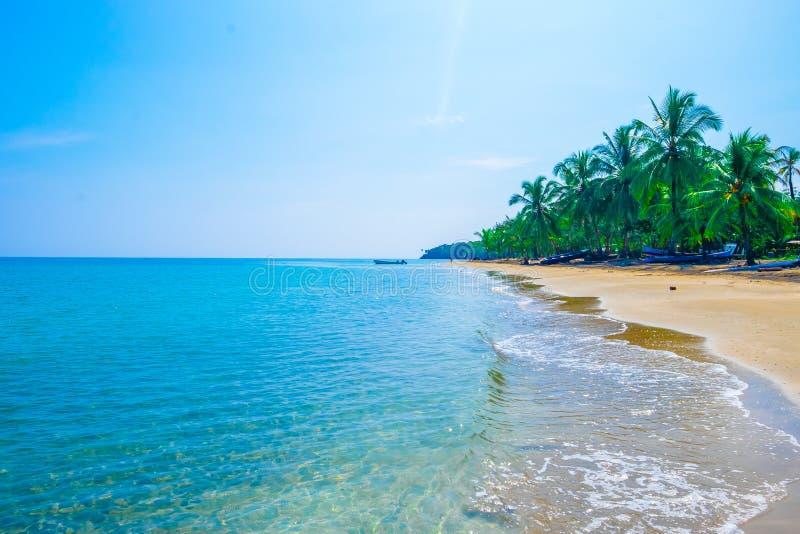 Καραϊβική της Κόστα Ρίκα ωκεάνια νερού παραλιών παραδείσου διακοπών δέντρων τροπικών δασών όμορφη τυρκουάζ νερού μπλε κυματωγή πα στοκ φωτογραφία