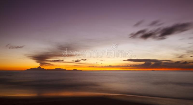 Καραϊβικό ηλιοβασίλεμα έκρηξης ηφαιστείων, Αντίγκουα στοκ εικόνες