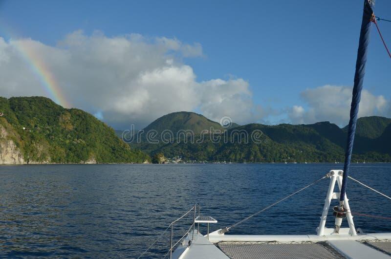Καραϊβικό πλέοντας νησί ουράνιων τόξων καταμαράν στοκ εικόνα με δικαίωμα ελεύθερης χρήσης