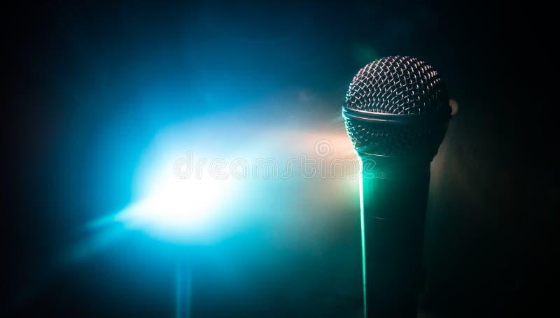 Καραόκε μικροφώνων, συναυλία Φωνητικό ακουστικό mic στο χαμηλό φως με το θολωμένο υπόβαθρο Ζωντανή μουσική, ακουστικός εξοπλισμός στοκ φωτογραφία με δικαίωμα ελεύθερης χρήσης