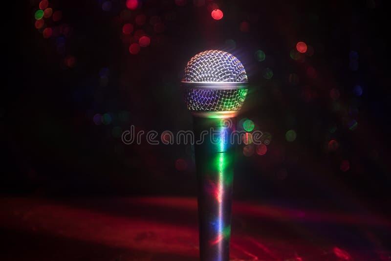 Καραόκε μικροφώνων, συναυλία Φωνητικό ακουστικό mic στο χαμηλό φως με το θολωμένο υπόβαθρο Ζωντανή μουσική, ακουστικός εξοπλισμός στοκ φωτογραφίες