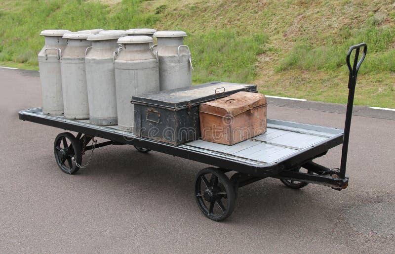 Καρδάρια γάλακτος και αποσκευές στοκ εικόνα