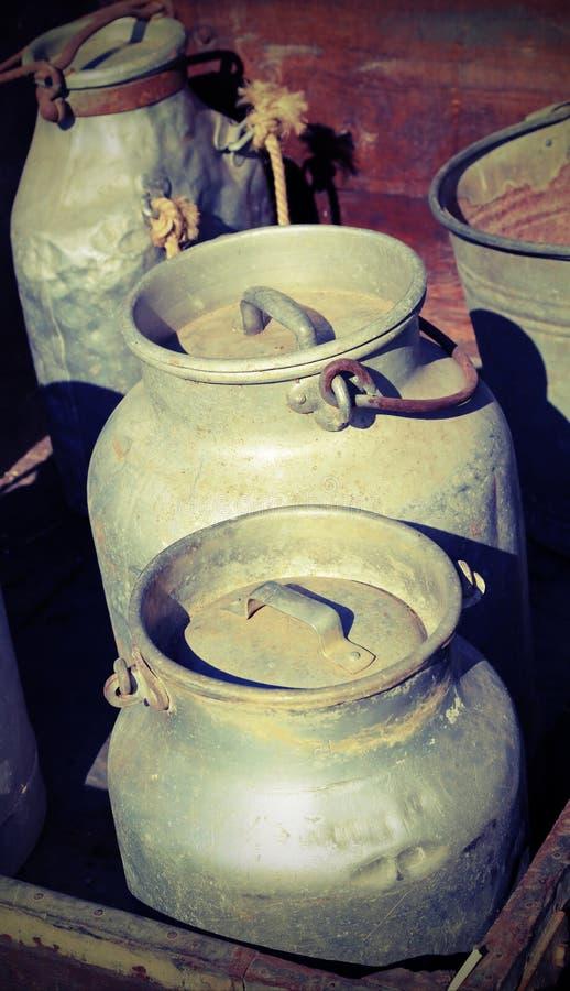 Καρδάρια γάλακτος με ένα καπάκι για τη μεταφορά του φρέσκου γάλακτος με τον τρύγο στοκ φωτογραφίες