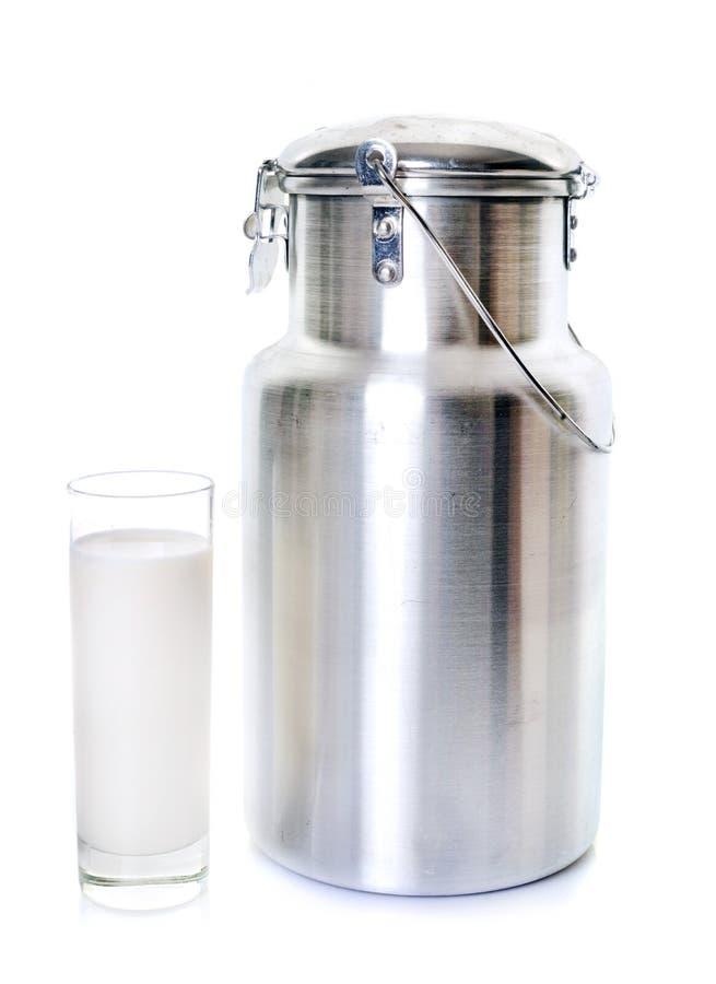 Καρδάρι γάλακτος και γυαλί στοκ φωτογραφία