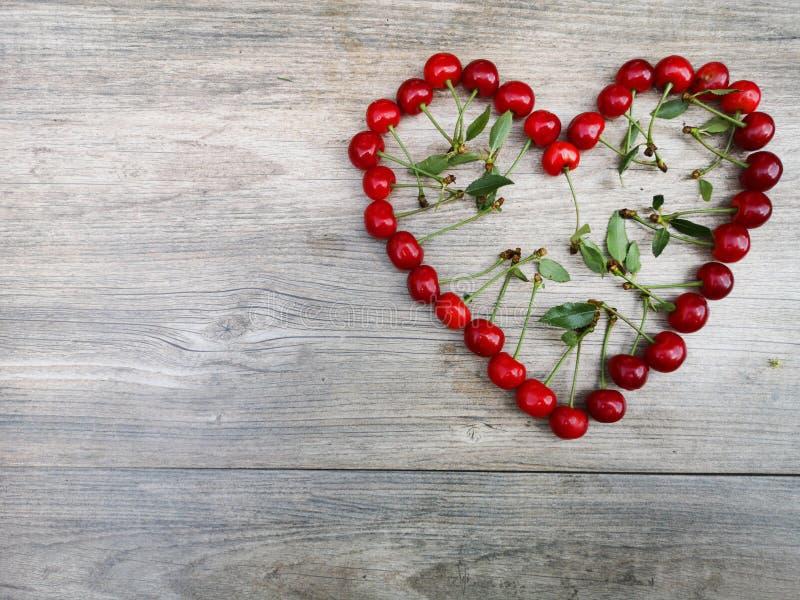 Καρδιά αγάπης θερινών φρούτων κερασιών στοκ φωτογραφία