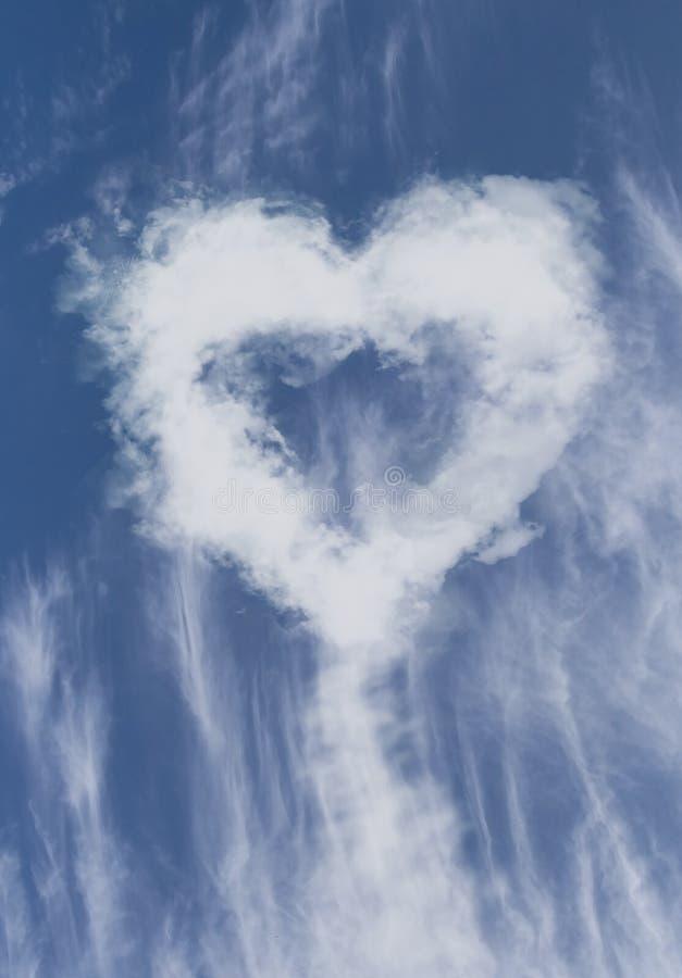 Καρδιά από τα σύννεφα στο μπλε ουρανό στοκ φωτογραφία με δικαίωμα ελεύθερης χρήσης