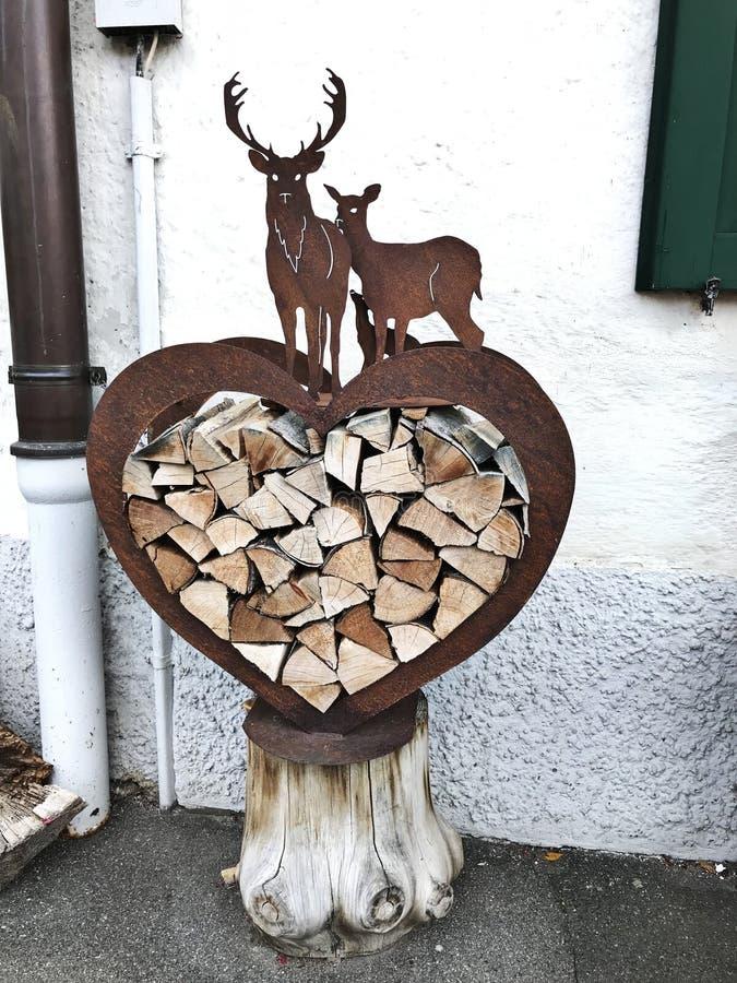 Καρδιά-διαμορφωμένο κιβώτιο αποθήκευσης καυσόξυλου που διακοσμείται από την ελάφι-διαμορφωμένη τέχνη στη Γερμανία στοκ φωτογραφίες με δικαίωμα ελεύθερης χρήσης