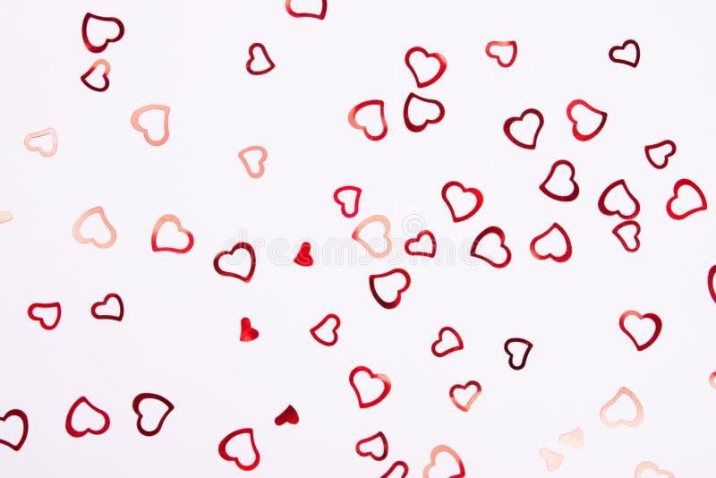 Καρδιά-διαμορφωμένο κομφετί στο άσπρο υπόβαθρο στοκ εικόνα με δικαίωμα ελεύθερης χρήσης