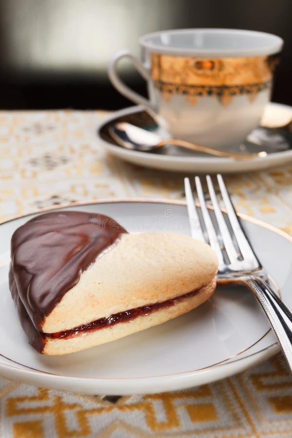 Καρδιά κέικ με τη μαρμελάδα και σοκολάτα για την βαλεντίνος-ημέρα στοκ φωτογραφίες