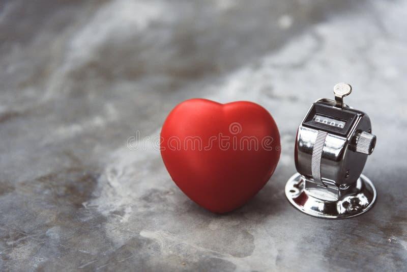 Καρδιά και μετρητής αντίστροφης μέτρησης στη μαρμάρινη επιτραπέζια επιφάνεια Ιατρική και έννοια υγειονομικής περίθαλψης Η ζωή που στοκ εικόνες με δικαίωμα ελεύθερης χρήσης