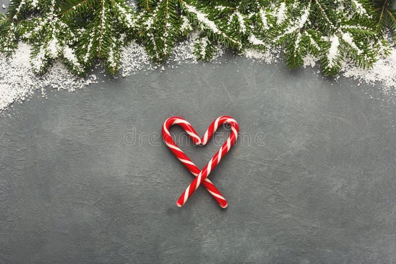 Καρδιά καλάμων καραμελών ζάχαρης Χριστουγέννων στον γκρίζο πίνακα στοκ εικόνες