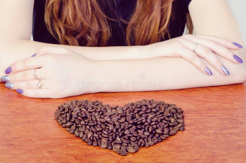 καρδιά καφέ φασολιών ανασκόπησης που γίνεται άσπρη στοκ φωτογραφίες