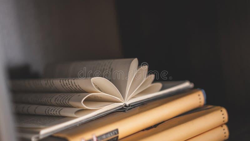 Καρδιά που διαμορφώνεται εκλεκτής ποιότητας δίπλωμα του βιβλίου εγγράφου στοκ εικόνα με δικαίωμα ελεύθερης χρήσης