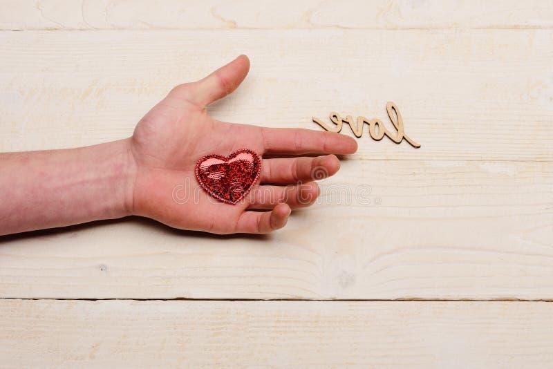 Καρδιά σε ετοιμότητα ατόμων και την αγάπη λέξης στοκ εικόνες με δικαίωμα ελεύθερης χρήσης