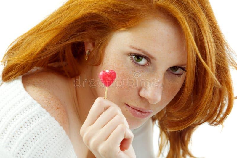 καρδιά τριχώματος κοριτσιών που κρατά κόκκινο προκλητικό στοκ εικόνες