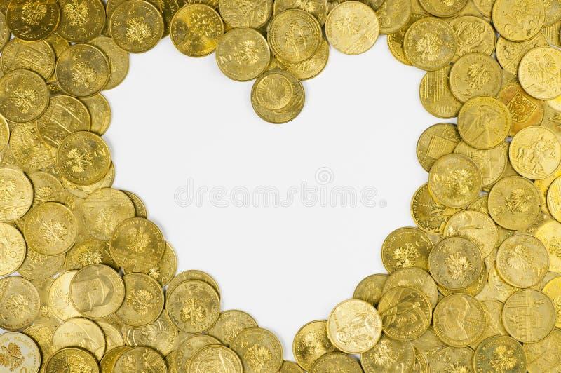 Καρδιά φιαγμένη από χρυσά νομίσματα στοκ φωτογραφίες