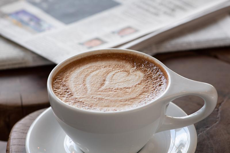 Καρδιά Cappuccino σε ένα άσπρο φλυτζάνι στοκ εικόνες
