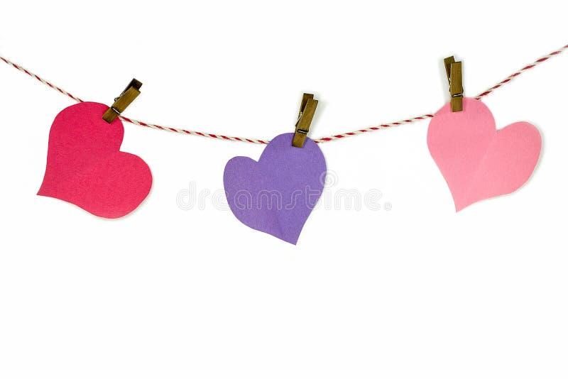 Καρδιές εγγράφου και clothespins στη σειρά στοκ εικόνες με δικαίωμα ελεύθερης χρήσης