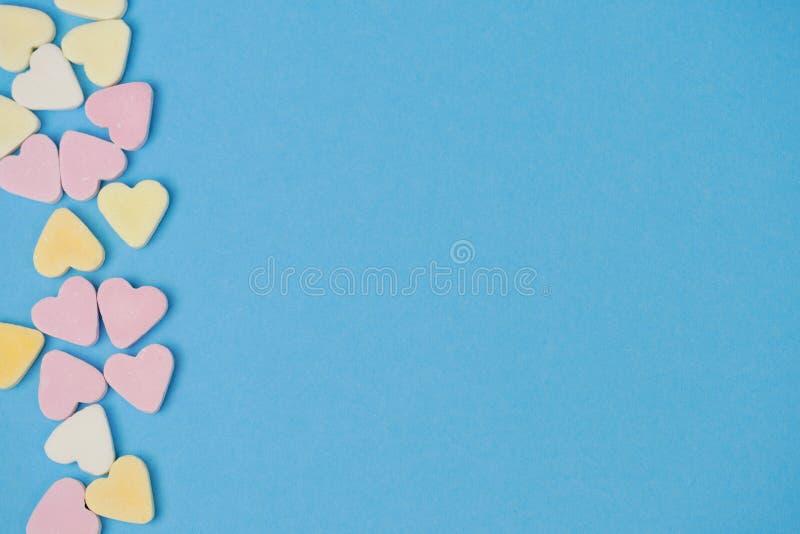 Καρδιές ζάχαρης στη αριστερή πλευρά στο μπλε υπόβαθρο για το κείμενο στοκ φωτογραφίες με δικαίωμα ελεύθερης χρήσης