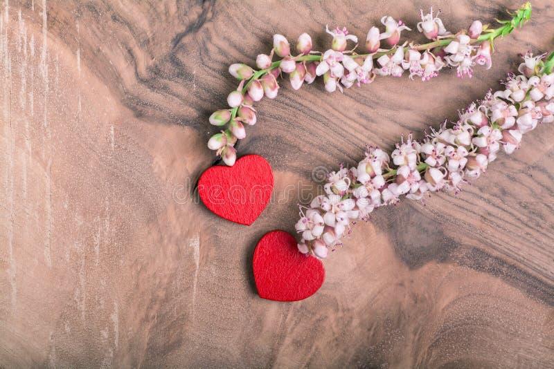 Καρδιές με το λουλούδι στο ξύλο στοκ φωτογραφίες με δικαίωμα ελεύθερης χρήσης