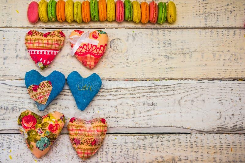 Καρδιές του υφάσματος και των μπισκότων για τις κάρτες στοκ φωτογραφία