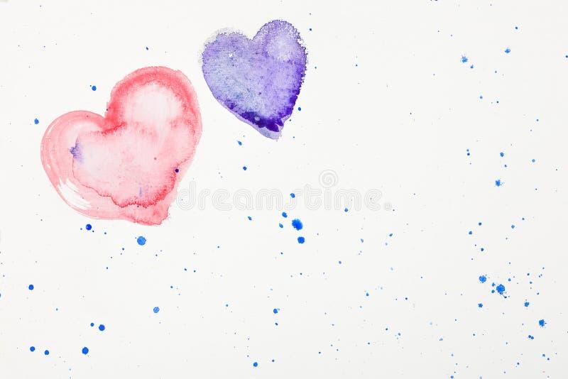 Καρδιές Watercolor και ζωηρόχρωμοι λεκέδες watercolor στη Λευκή Βίβλο στοκ εικόνες
