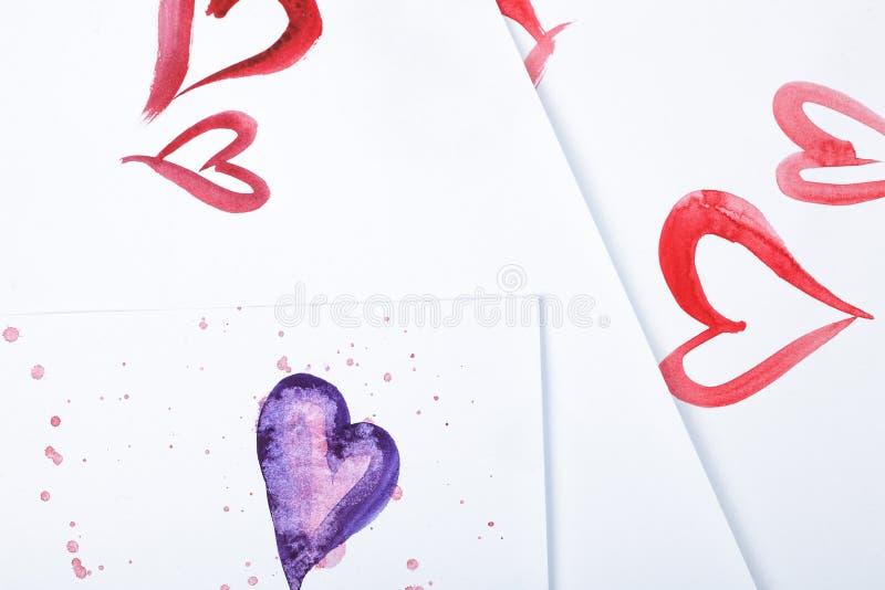 Καρδιές Watercolor και ζωηρόχρωμοι λεκέδες watercolor στη Λευκή Βίβλο στοκ φωτογραφία με δικαίωμα ελεύθερης χρήσης