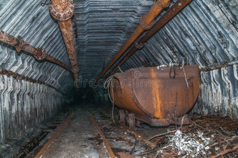 Καροτσάκι στη σήραγγα ορυχείων με τις ράγες στοκ φωτογραφίες με δικαίωμα ελεύθερης χρήσης