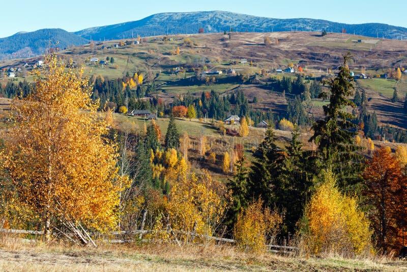 Καρπάθιο του χωριού τοπίο φθινοπώρου, Ουκρανία στοκ εικόνες