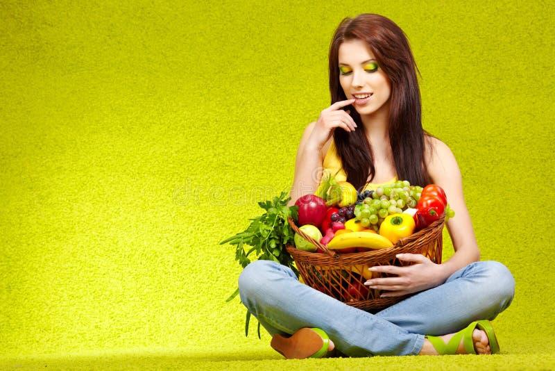 καρποί που ψωνίζουν veggies στοκ φωτογραφία