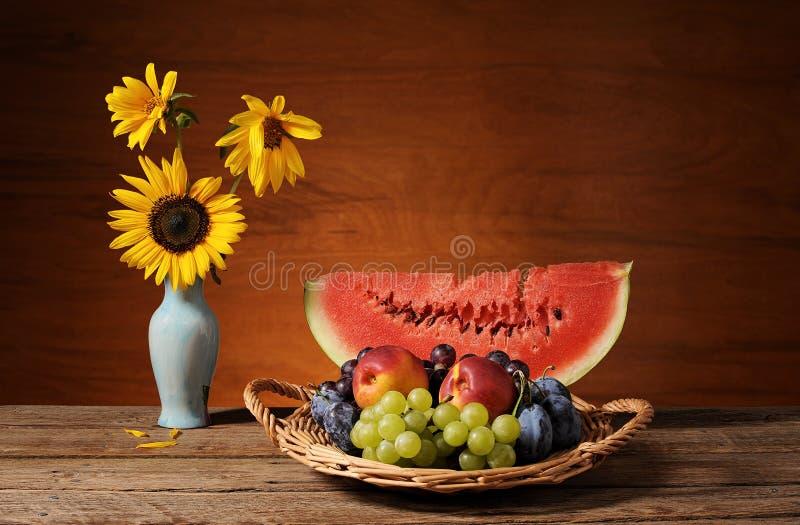 Καρπούζι, φρούτα και ηλίανθοι σε ένα βάζο στοκ φωτογραφίες με δικαίωμα ελεύθερης χρήσης