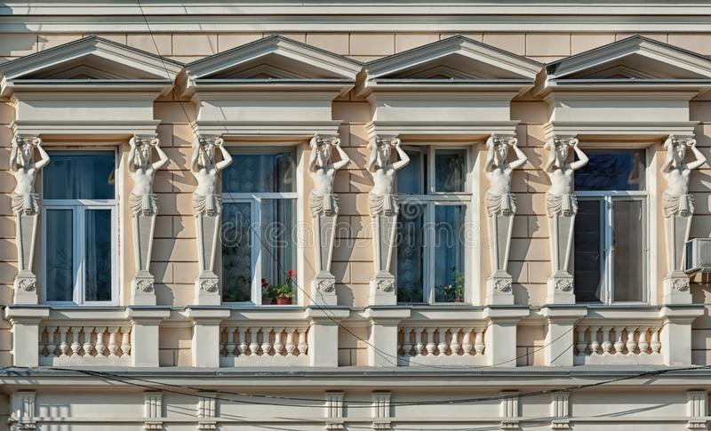 Καρυάτιδες σε μια παλαιά πρόσοψη οικοδόμησης στοκ φωτογραφία