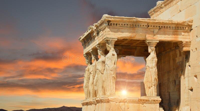 Καρυάτιδες στα σύννεφα ουρανού της Αθήνας Ελλάδα στοκ εικόνα