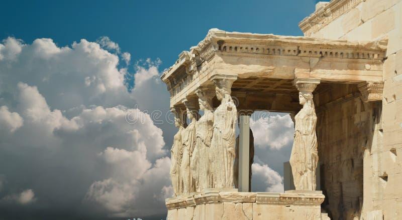 Καρυάτιδες στα σύννεφα ουρανού της Αθήνας Ελλάδα στοκ εικόνες με δικαίωμα ελεύθερης χρήσης