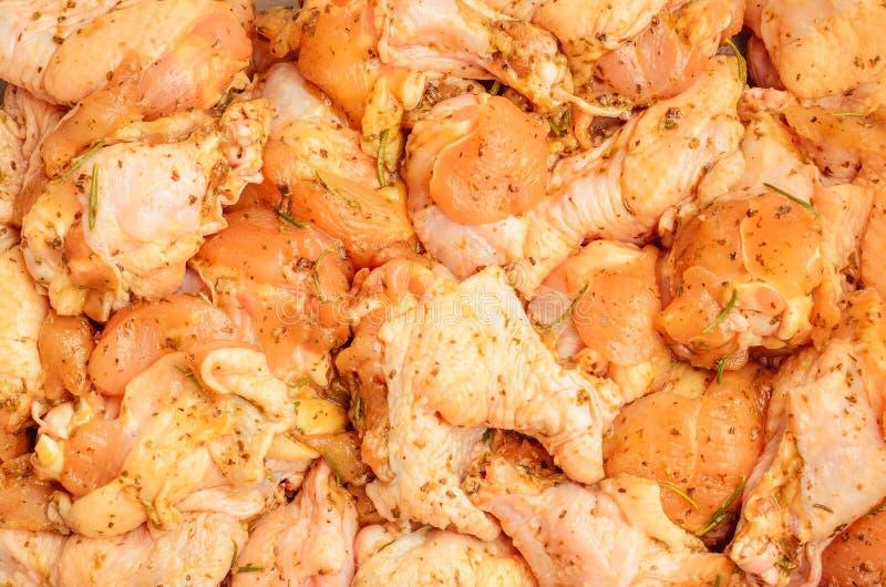 Καρυκευμένα ακατέργαστα κομμάτια κοτόπουλου στοκ φωτογραφίες