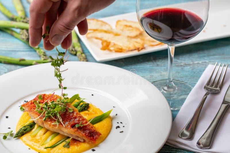 Καρυκευμένο ψημένο πράσινο σπαράγγι με τον ψημένο στη σχάρα σολομό στο polenta στοκ φωτογραφία με δικαίωμα ελεύθερης χρήσης