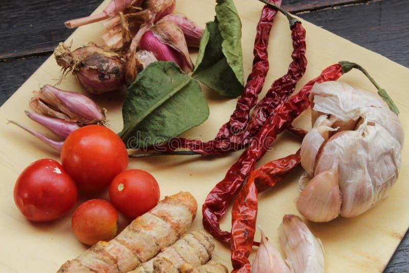 Καρυκεύματα στο ξύλινο πιάτο μαγειρεύοντας συστατικό στοκ φωτογραφία με δικαίωμα ελεύθερης χρήσης
