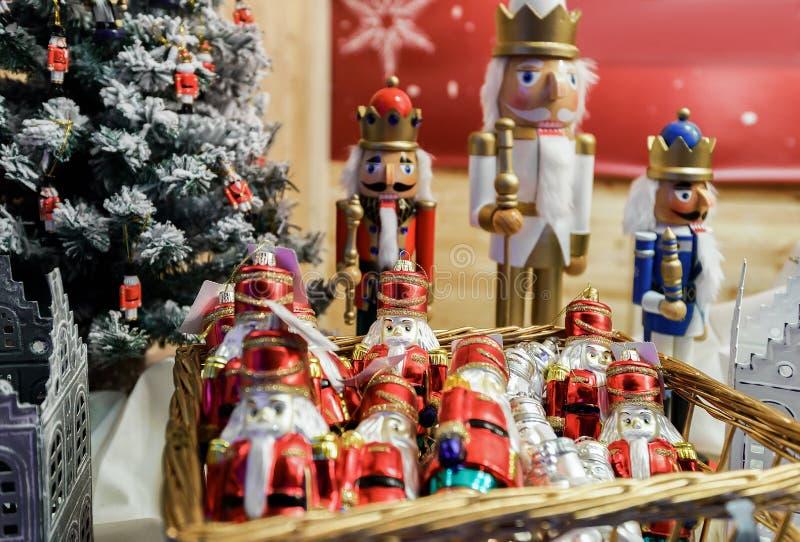 Καρυοθραύστης και διακοσμήσεις Χριστουγέννων στα Χριστούγεννα Bazaar Vilnius στοκ εικόνα με δικαίωμα ελεύθερης χρήσης